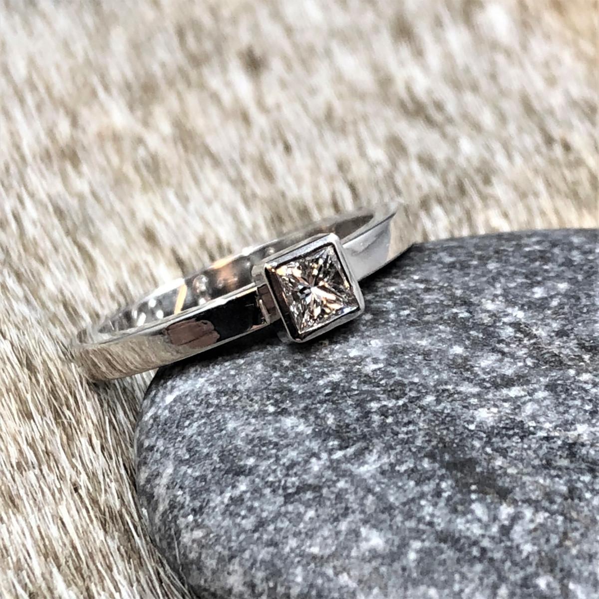Prinsesslipad diamant, vitguldsring, enstensring