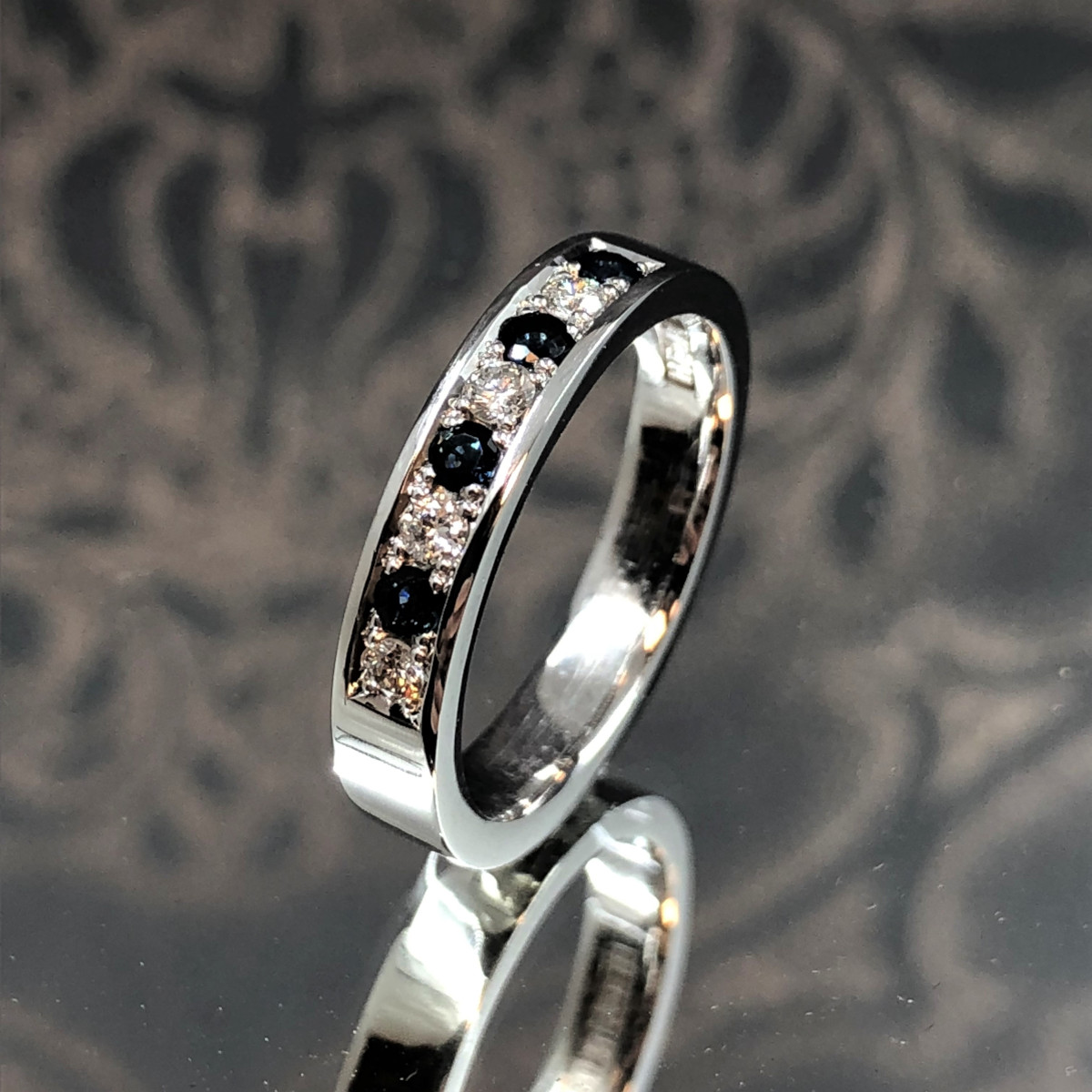 Svarta diamanter, vitguldsring, alliansring