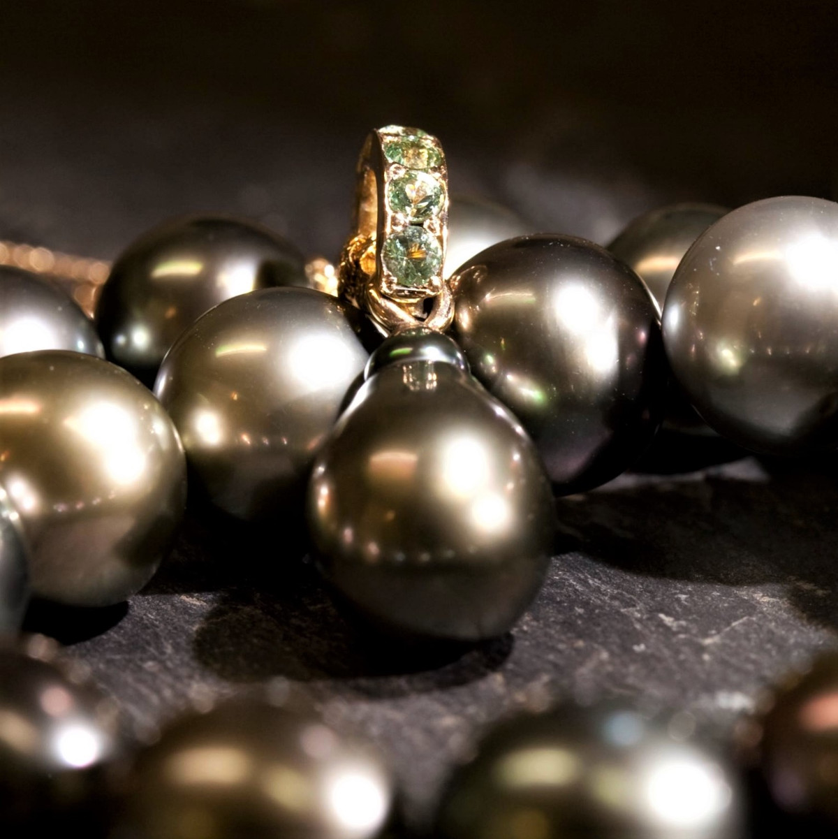Hängsmycke, gröna diamanter, grön tahitipärla
