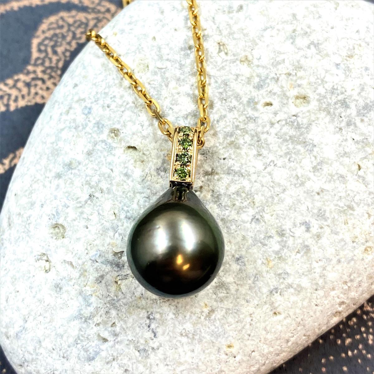 Gröna diamanter, gröna pärlor, guldhänge