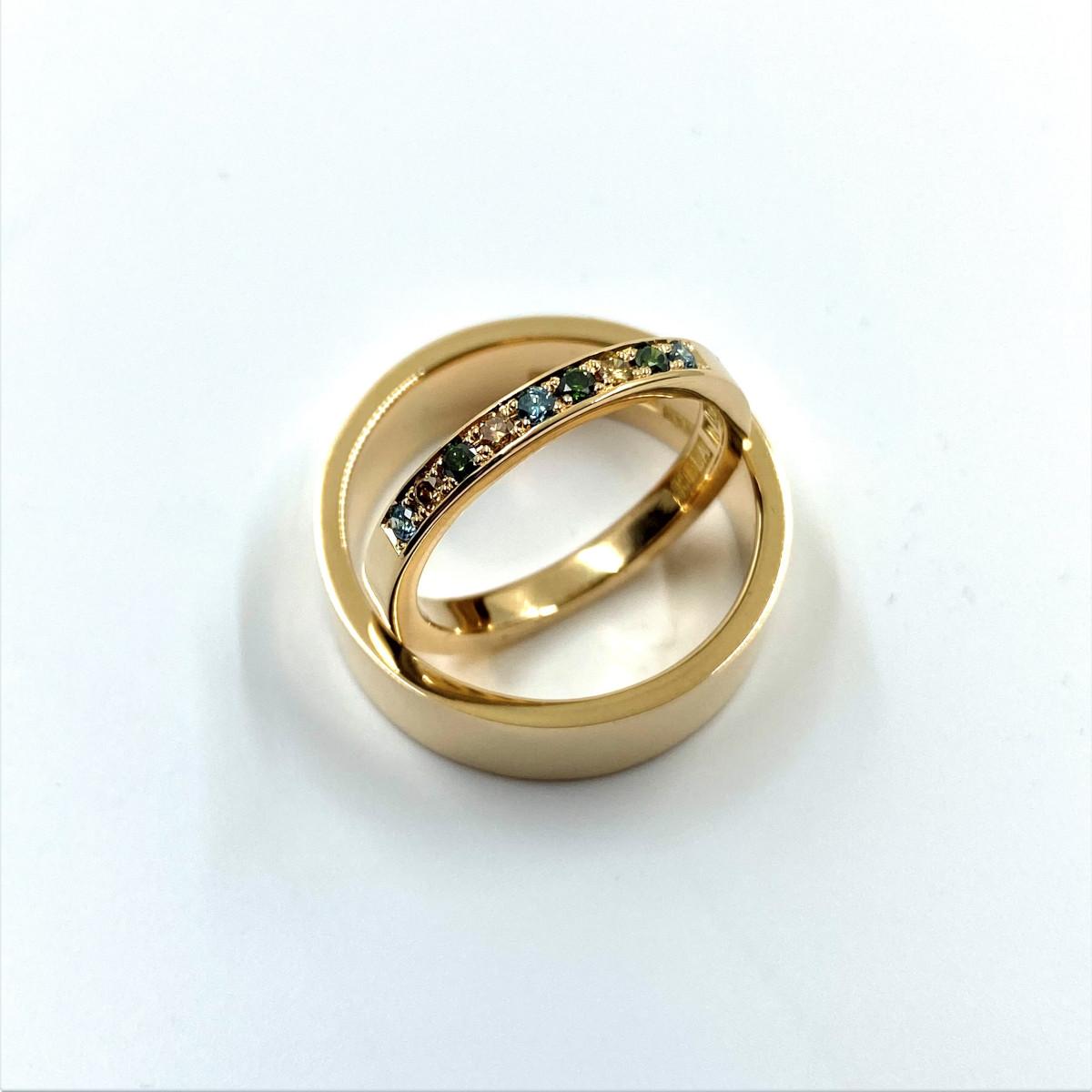 Färgade stenar, vigselring, guldring, förlovningsring