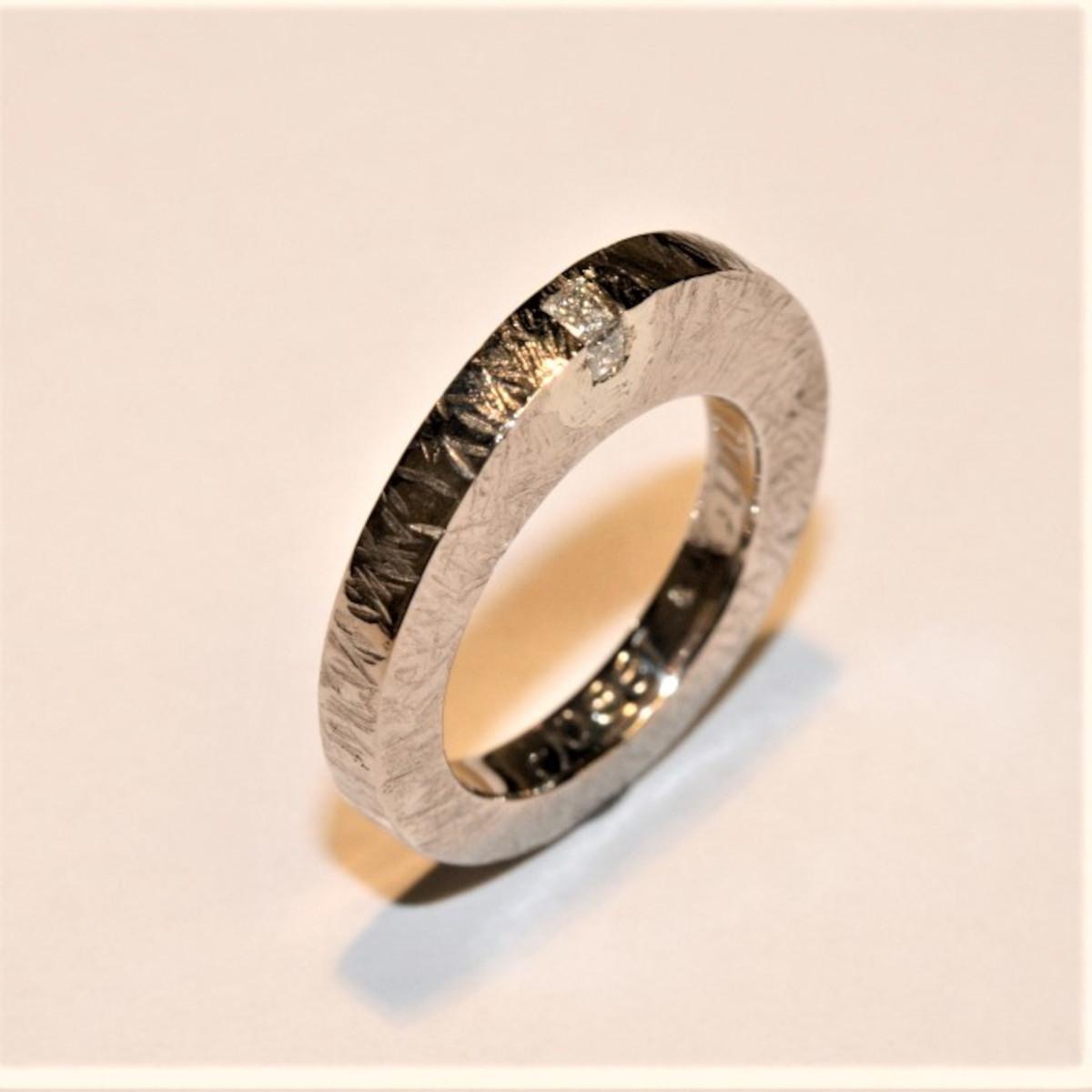 Diamantring, vitguldsring, mönstrad ring
